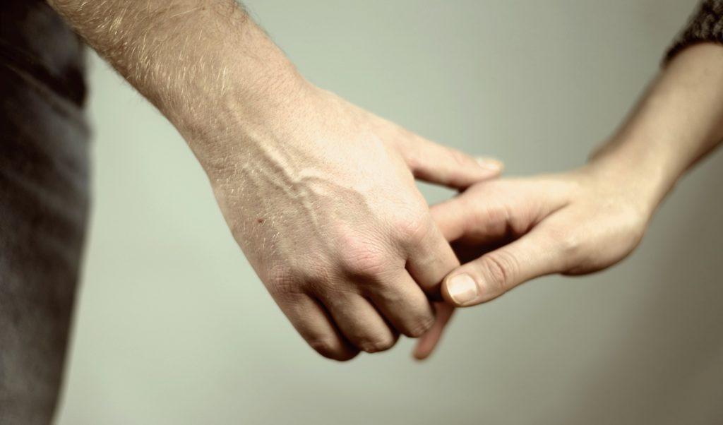 beziehung hände halten