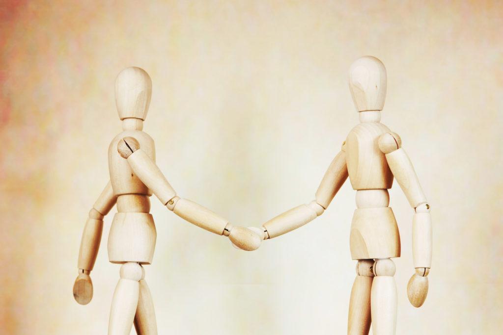 zwei Männer geben Handschlag
